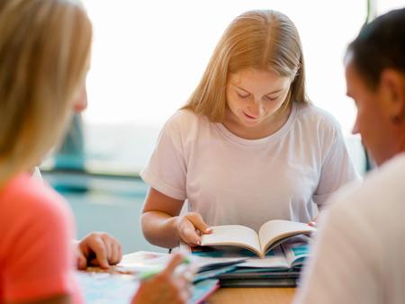 estudiando: Adolescente con libros de estudio de la biblioteca