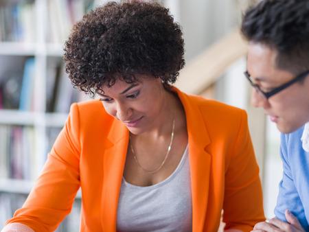dos personas hablando: Dos desingers que trabajan juntos en un proyecto en la oficina