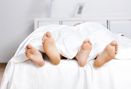 young sex: Закрыть из четырех футов в постели Фото со стока