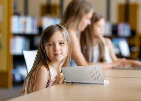 jolie petite fille: Les petites filles � lire des livres � la biblioth�que
