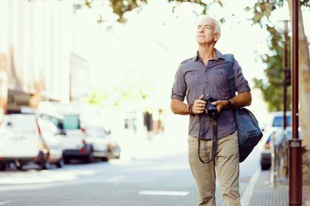 Hombre mayor con la cámara en la ciudad Foto de archivo - 40360665