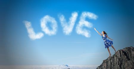 femme romantique: Jeune femme romantique en robe d'�t� d'atteindre mot amour