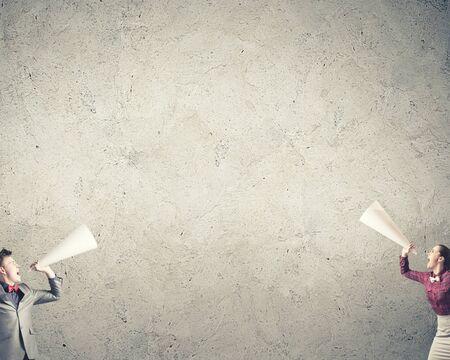 megafono: Dos hombres de negocios que gritan en meg�fonos el uno al otro