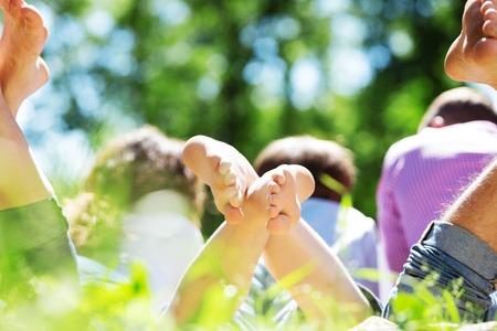 pies masculinos: Familia feliz que fin de semana en el parque de verano