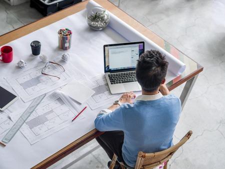 ingeniero: Ingeniero chineese joven que trabaja en la oficina