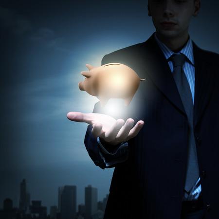 protecting your business: Close up de negocios la celebraci�n de la hucha en la palma