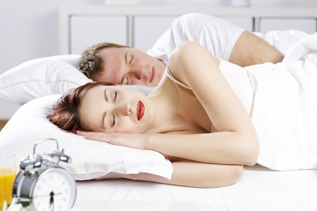 pareja durmiendo: Young couple sleeping peacefully in the bed