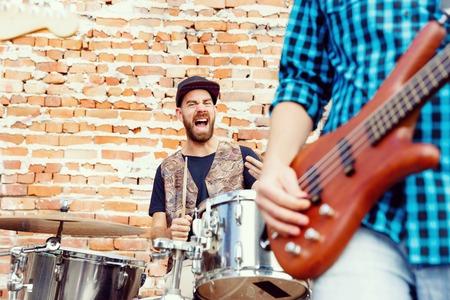 muscian: Un muscian calle tocando la bater�a Foto de archivo