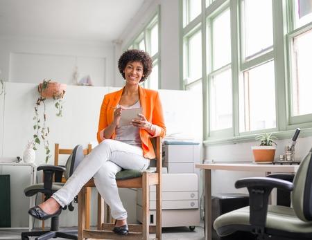 femme africaine: Portrait de jeune femme d'affaires dans le bureau Banque d'images