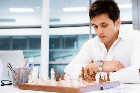 firmeza: Dos hombres de negocios con el ajedrez en la oficina