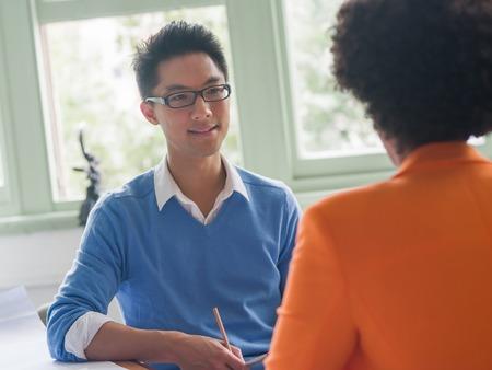 그의 고용주와의 인터뷰를 가진 젊은 후보 스톡 콘텐츠