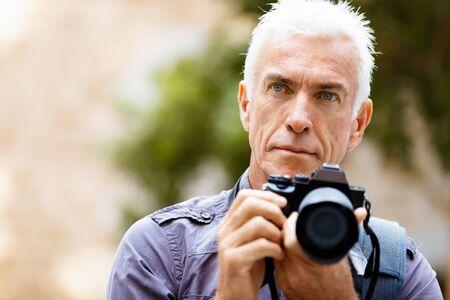 Hombre mayor con la cámara en la ciudad Foto de archivo - 40872389