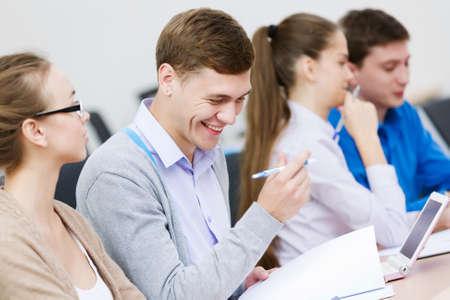 menschen sitzend: Junge Leute sitzen im Klassenzimmer am Vortrag