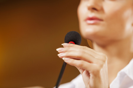 Empresaria de pie en el escenario y la presentación de informes para la audiencia Foto de archivo - 40735593