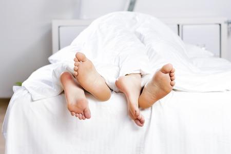 couple au lit: Close up de quatre pieds dans un lit