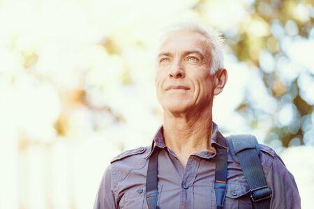 hombres maduros: Retrato de hombre guapo al aire libre