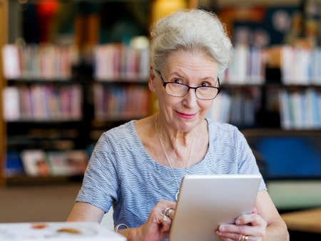 Oudere dame werken met tablet