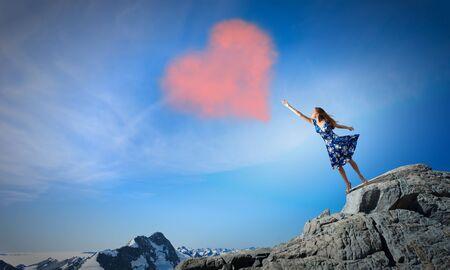 femme romantique: Jeune femme romantique en robe d'�t� d'atteindre l'amour coeur