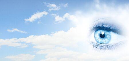 psicologia infantil: Cierre del ojo femenino en el cielo azul