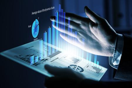 仮想パネルを使用して人間の手のクローズ アップ