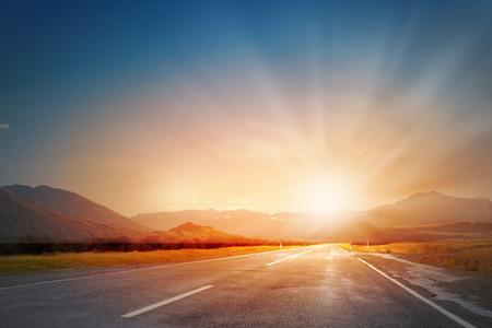 Paisaje de la naturaleza de la luz puesta de sol sobre la carretera de asfalto Foto de archivo - 41694621