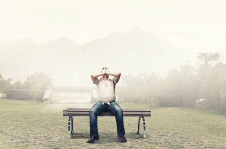 eyes closing: Hombre gordo sentado en el banco de cerrar los ojos con las manos