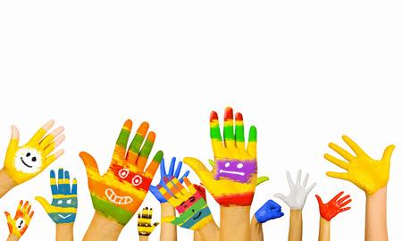 Imagen de manos humanas en la pintura de colores con sonrisas Foto de archivo