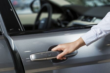abriendo puerta: Cierre de puerta de apertura de la mano humana de coche Foto de archivo