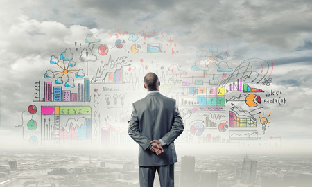 empresario: Vista trasera de negocios que buscan en la estrategia de marketing de negocios