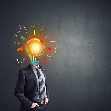 hombre pensando: Concepto de la idea con el empresario y la bombilla en lugar de la cabeza
