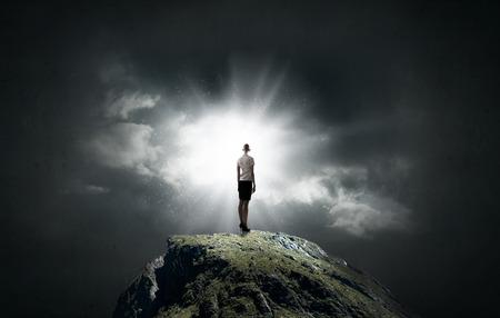 lideres: Vista trasera de negocios de pie en la cima de la montaña Foto de archivo