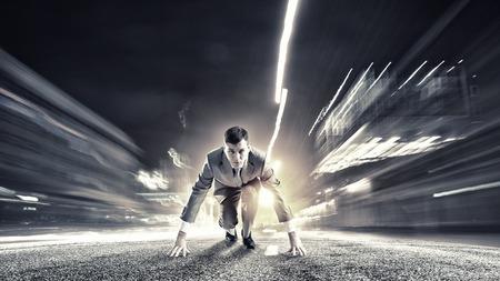 Empresario determinado joven de pie en posición de inicio Foto de archivo - 42269432