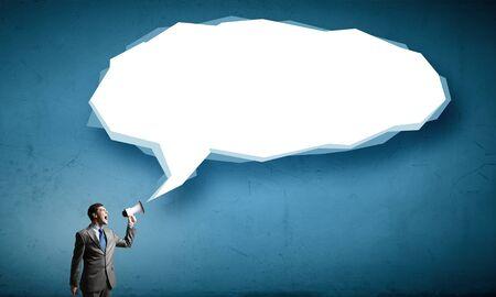 megafono: Joven empresario en traje gritando emocionalmente en el megáfono