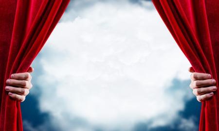 alzando la mano: Cierre de la apertura de la cortina roja mano. Lugar para el texto