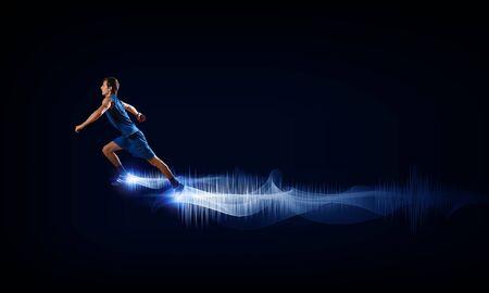sport wear: Hombre corriente en ropa de deporte azul sobre fondo negro
