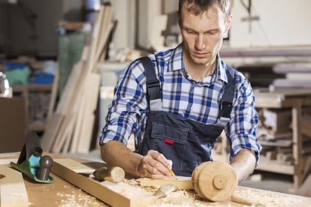 carpintero: Carpintero joven que trabaja con el cortador en su estudio