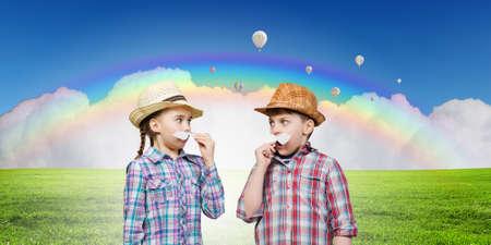 ni�os actuando: Linda chica y chico vistiendo la camiseta sombrero y bigote