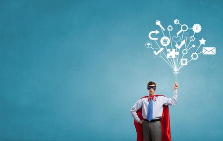 Ung man i superhjältedräkt representerar kreativitet koncept Stockfoto
