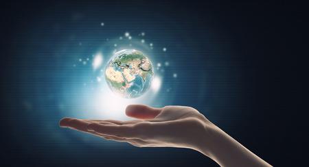 mundo manos: La mano del hombre la celebración de icono digital del planeta tierra.