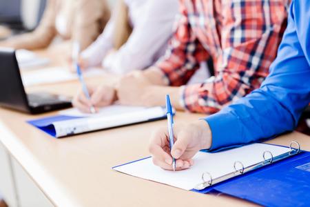 tutor: Jóvenes sentados en el aula en la conferencia Foto de archivo
