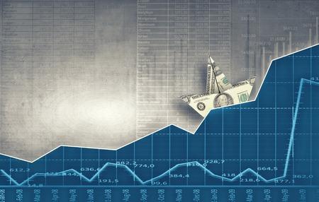 economia: Nave de papel flotando en el agua en las ondas