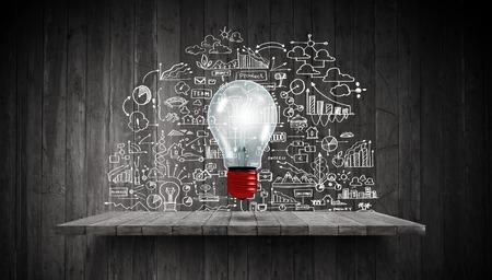 バック グラウンドで電球と図面のビジネス戦略