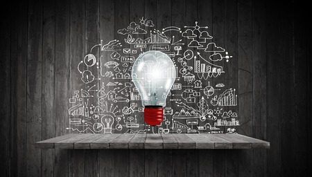 estrategia: Bombilla y dibujo estrategia de negocios en el fondo
