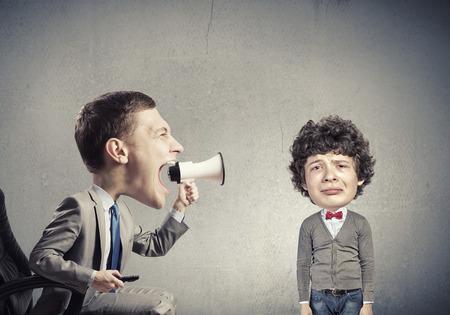Grappige jonge man met een grote kop schreeuwen emotioneel in megafoon Stockfoto