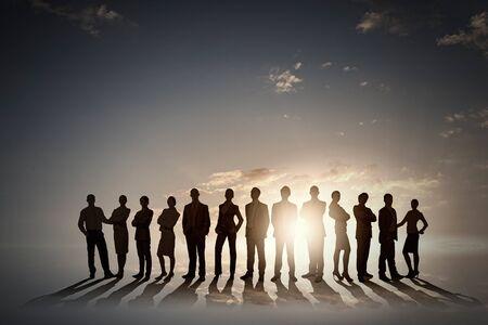 Sagome di gruppo di uomini d'affari in piedi in linea su sfondo tramonto Archivio Fotografico - 42346251