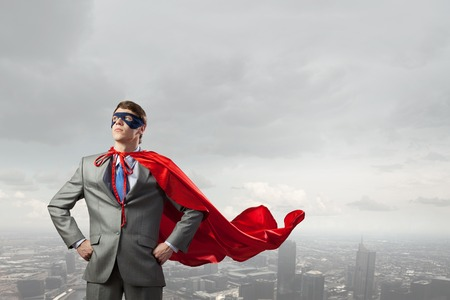 パワーと勇気を表すスーパー ヒーローの衣装の若い男