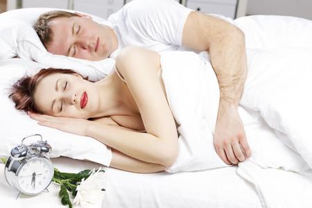 pareja durmiendo: Joven pareja durmiendo pl�cidamente en la cama