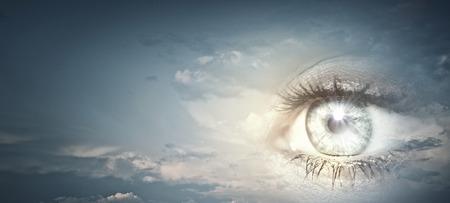 sicologia: Ojos claros Mujer en fondo del cielo azul