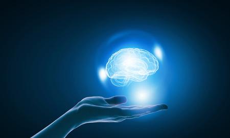 パームで脳の画像を保持している実業家のクローズ アップ 写真素材