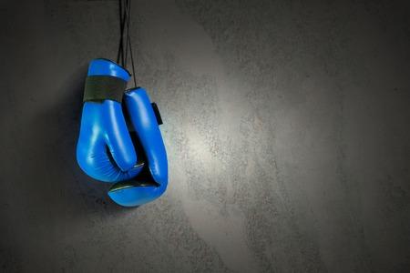 ?  ?      ?  ?     ?  ?    ?  ? gloves: Guantes de boxeo colgando de las uñas en la pared Foto de archivo